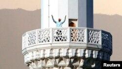 Ашғабаттағы мешіт мұнарасынан азан шақырып тұрған имам. 19 тамыз 2007 жыл.
