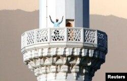 Мулла читает молитву азан с минарета мечети в Ашгабате. 19 августа 2007 года.
