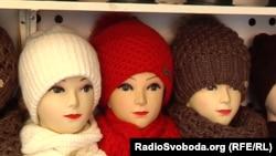 На місцнвому ринку можна знайти чималий вибір шапок