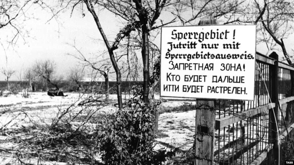 Але й про ідеалізацію окупації не йдеться. Зображене оголошення було сфотографовано в 1944 році, але з'явилося, зрозуміло, набагато раніше. Поділ міст на зони для «істинних арійців» і для всіх інших – звична нацистська практика.  На фото: оголошення про початок «забороненої зони» на Приморському бульварі Севастополя, травень 1944 року