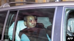 Бывшего банкира Мухтара Аблязова везут на суд во французском городе Лионе. 17 октября 2014 года.