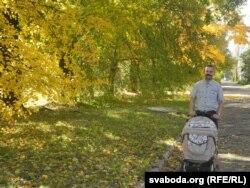 Міхаіл Самборскі ў Бабруйску з дачкой, якая нарадзілася ў Беларусі