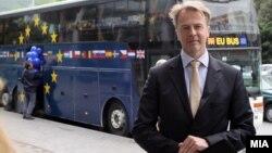 """Архивска фотографија: Евроамбасадорот Аиво Орав во информативна кампања """"ЕУ одблизу"""" на13 мај 2013 година."""