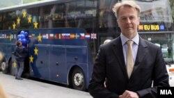 """Eвроамбасадорот Аиво Орав во информативна кампања """"ЕУ одблизу""""."""
