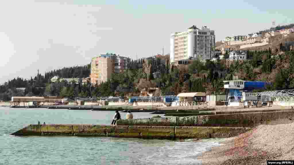 Ранньою весною порожнє узбережжя Гурзуфа привертає тільки місцевих жителів, які приходять подихати морським повітрям. На набережній височіють новобудови, де на продаж виставлені апартаменти