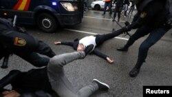 Полицейские насильно удаляют участников голосования на референдуме с избирательных участков. Барселона, 1 октября 2017 года.