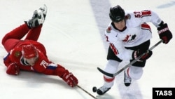Статистика НХЛ позволяла сделать довольно точный прогноз на исход олимпийского турнира в турине. На снимке - Александр Овечкин (слева) и Брайан Маккэйб в четвертьфинальном матче Россия - Канада