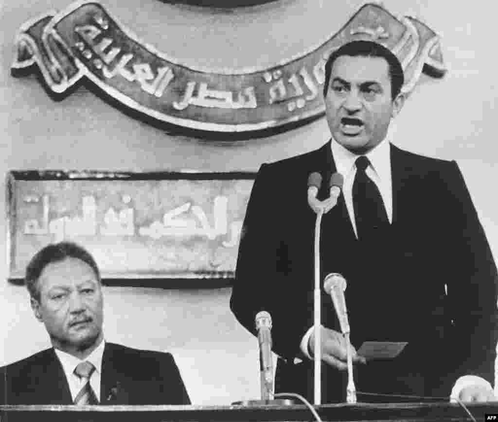Mubarak takes the oath of office as Egypt's new leader on October 14, 1981.