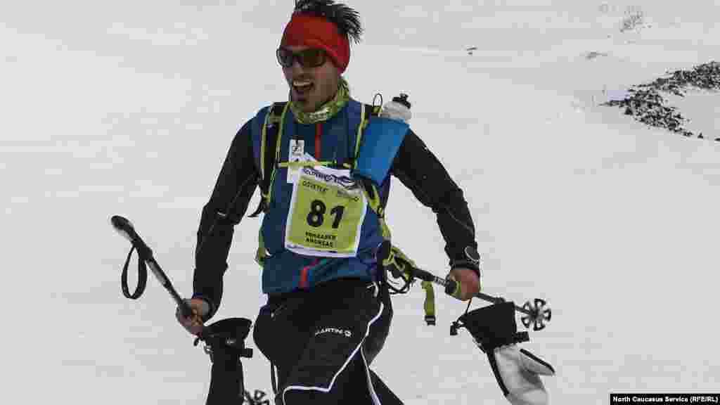 Спортсменам пришлось бороться еще и с сильным ветром и практически нулевой видимостью