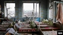 نمایی از یک مهد کودک در شهر دبالتسو که هدف گلوله باران قرار گرفته است. این شهر در محاصره شورشیان هوادار مسکو است.