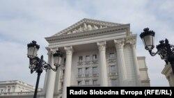 """Në ndërtesën e Qeverisë është hequr mbishkrimi """"Republika e Maqedonisë"""" dhe pritet të zëvendësohet me mbishkrimin """"Republika e Maqedonisë së Veriut""""."""