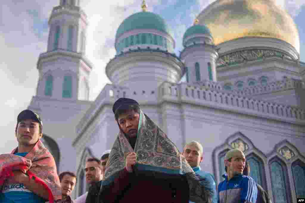 Традиційно в останній день Рамазана святкується Ораза-байрам, єдиний день за весь місяць, коли можна не постити. На фото – мусульмани під час молитви на Ораза-байрам у Москві. 5 липня 2016 року.