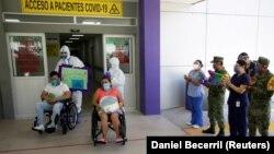 Pacijenti koji su se oporavili od COVID-19 napuštaju gradsku bolnicu u Montereju; Meksiko, juli 2020.