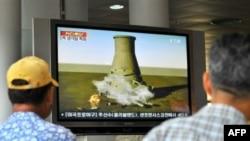 صحنه ای از نابودی برج خنک کننده راکتور اتمی یونگ بیون در کره شمالی.(عکس: AFP)
