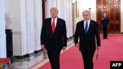 دونالد ترامپ (چپ) میگوید که روز دوشنبه با بنیامین نتانیاهو و رقیب او، بنی گانتس، دیدار کرد و «آنها صلح میخواهند».