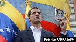 Хуан Гуаидо, глава Национальной ассамблеи, провозглашает себя временным президентом Венесуэлы во время антиправительственной демонстрации в Каракасе. 23 января 2019 года.