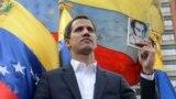 """Венесуэла парламентінің спикері, оппозиция жетекшісі Хуан Гуайдо наразылық шеруінде өзін """"уақытша президентпін"""" деп жариялап тұр. Каракас, 23 қаңтар 2019 жыл."""
