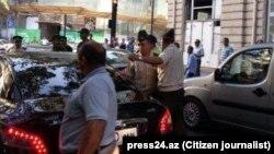 Протест группы родителей перед Домом Офицеров. Фото press24.az