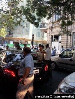 """""""Zabitlər evi""""nin qarşısında bir qrup valideynin etirazı / Foto: press24.az"""