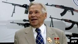 Конструктор Михаил Калашников Ижевск қару зауытының 200 жылдығы мерекесінде жүр. 7 тамыз 2007 жыл.