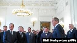 Министр иностранных дел России Сергей Лавров встречается с российскими дипработниками, высланными из стран Запада.