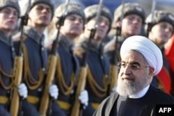 Президент Ирана Хасан Рухани обходит Почетный караул в аэропорту Внуково-2
