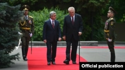 Armenian President Serzh Sarkisian (left) welcomes visiting Czech counterpart Milos Zeman in Yerevan on June 8.
