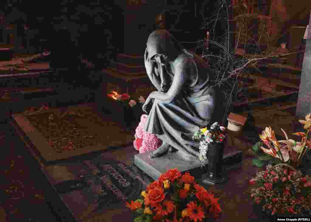 Место захоронения советского ученого Валерия Легасова, который входил в правительственную комиссию по расследованию Чернобыльской катастрофы 1986 года. В 1988 году Легасов покончил с собой. После выхода на канале НВО чрезвычайно популярного сериала про аварию на Чернобыльской АЭС, могилу Валерия Легасова ежедневно стали посещать до 100 человек. За основу сериала «Чернобыль» были взяты диктофонные записи Легасова, которые он оставил незадолго до смерти.