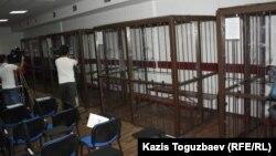 Кабинки для подсудимых по «Хоргосскому делу». Алматы, 29 мая 2013 года.