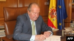 Король Хуан Карлос подписыват акт об отречении от престола. Мадрид, 2 июня 2014 г.