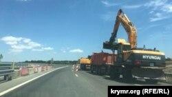 Строительная техника на участке трассы «Таврида» от Симферополя до Белогорска, 24 июля 2020 год