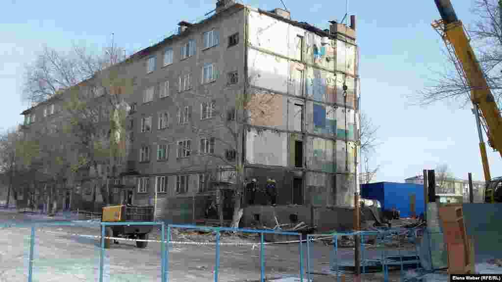 Согласно результатам экспертизы института КазМИРР, рухнувший четвертый подъезд подлежит частичному восстановлению: двух и однокомнатные квартиры будут восстановлены и заселены, а трехкомнатные квартиры демонтированы полностью. Карагандинская область, 10 января 2017 года.