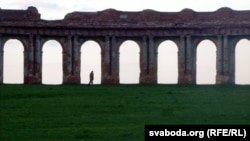 Грандыёзная калянада паміж карпусамі палаца Сапегаў