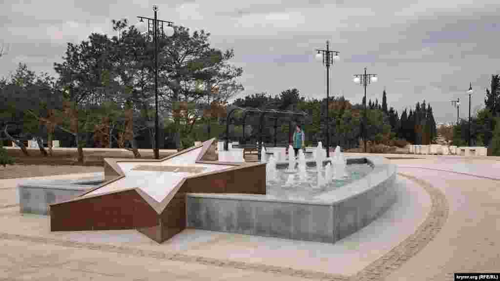 Вдоль главной аллеи парка установлены несколько малых фонтанов с гранитными звездами и названиями городов-героев