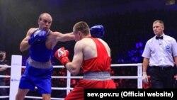 Севастополець Максим Коптяков (сині рукавички) став чемпіоном Росії з боксу