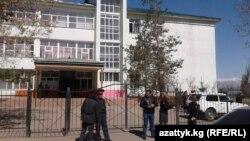 Сотрудники правоохранительных органов проверяют школу в Караколе, в которой, по сообщениям, была заложена бомба.