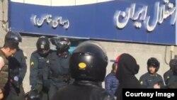 حضور مأموران انتظامی برای متفرق کردن هواداران معترض تیم فوتبال استقلال