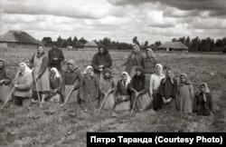 Сяляне займаюцца праполкаю калгаснай бручкі, вёска Зарытава, 1952 год