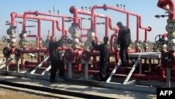عمال في حقل الحلفاية النفطي بميسان