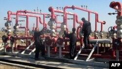 عمال في حقل الحلفاية النفطي بمحافظة ميسان
