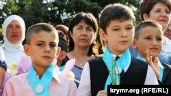 Qırımtatarca ve rusça ders berilgen Bağçasaray umumtasil mektebinde birinci zil bayramı, 2015 senesi sentâbr 1 künü