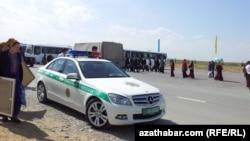 Автомобиль дорожной полиции Ашхабада.