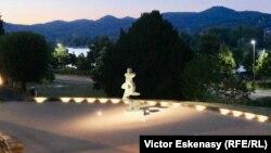 Vedere seara spre Rin, cu o statuie a lui Henry Moore, din Muzeul Arp, Rolandseck