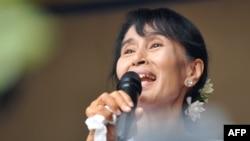 Лідер опозиції М'янми Аун Сан Су Чжи виступає перед своїми прихильниками