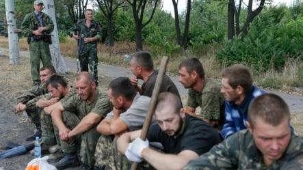 Ratni zarobljenici koje su ukrajinske snage zarobile kao proruske separatiste na ulicama grada Snizhne gdje su dovedeni da čiste ulice, region Donjecka