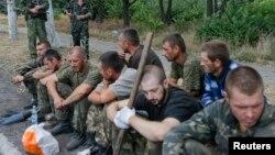 Украинские военнослужащие, захваченные пророссийскими сепаратистами в поселке Снежное Донецкой области