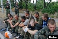 Украинские военнопленные в захваченном сепаратистами поселке Снежное Донецкой области
