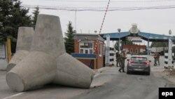 Летом 2014 года у Новоазовска были установлены волноломы в качестве противотанковых препятствий (архивное фото)