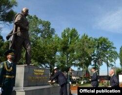 Сооронбай Жээнбеков Чолпонбай Түлөбердиевдин эстелигине гүл коюп жаткан учуру. 7-май, 2020-жыл.