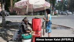 """Торговая точка компании """"Шоро"""", Бишкек, 17 июля 2011 года."""